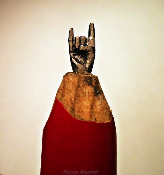 Tiny_Sculptures_Carved_Into_Pencil_Tips_by_Recep_Alcamli_2014_01