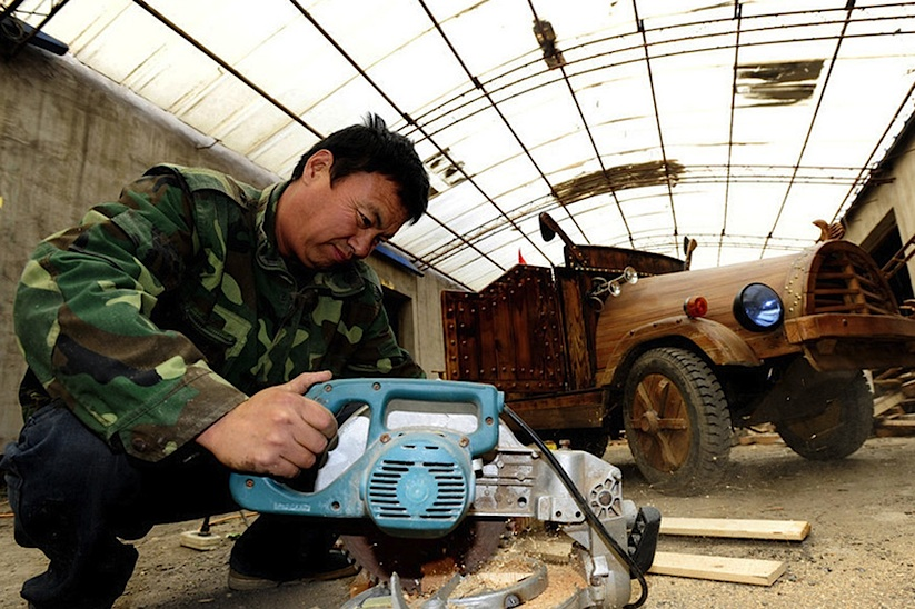 An_Electronic_Wooden_Car_Homemade_by_Carpenter_Liu_Fulong_in_China_2014_04