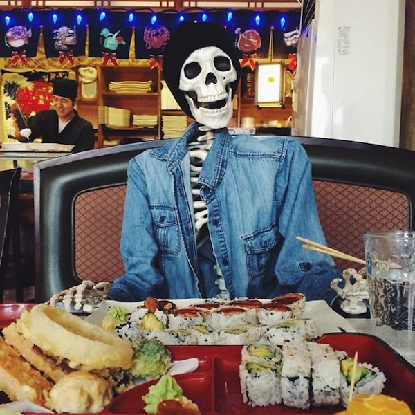 Meet_Skellie_A_Skeleton_Who_Is_Basically_Any_Girl_On_Instagram_2015_05