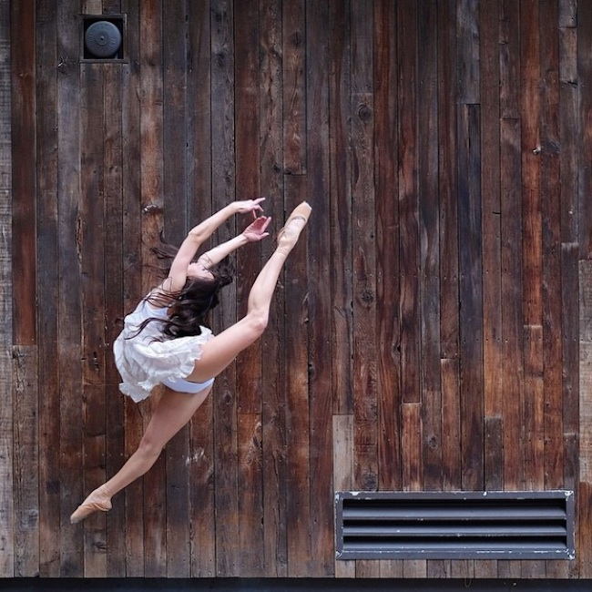 Stunning_Visuals_of_Ballet_Dancers_Posing_Against_Urban_Backdrops_of_NYC_2015_07