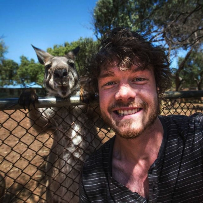 Allan_Dixon_Takes_Brilliant_Selfies_with_All_Kinds_of_Animals_2015_02