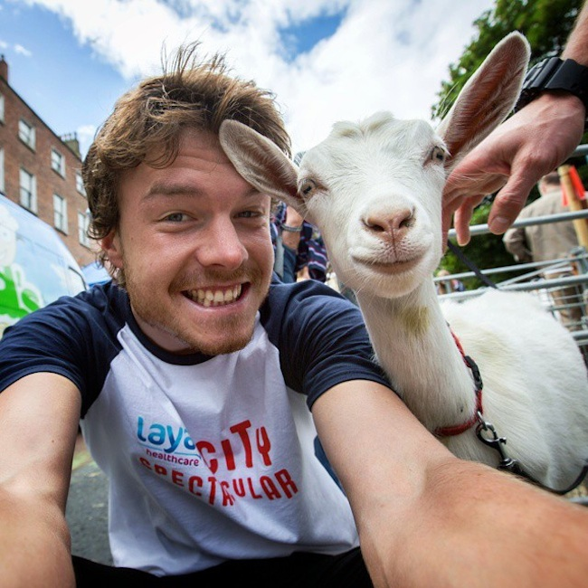 Allan_Dixon_Takes_Brilliant_Selfies_with_All_Kinds_of_Animals_2015_06