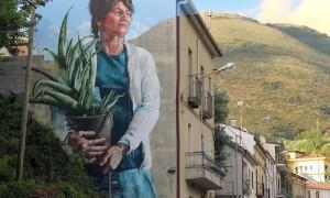 Woman_with_Aloe_Vera_Plant_Street_Artist_Fintan_Magee_2016_01