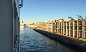 MS Europa 2 beim Anlegen in Boston
