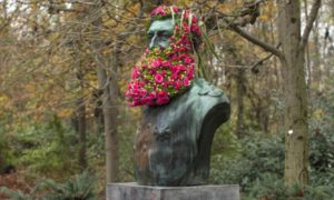 fleurissements_guerrilla_flower_installations_by_geoffroy_mottart_at_public_monuments_in_brussels_2016_header