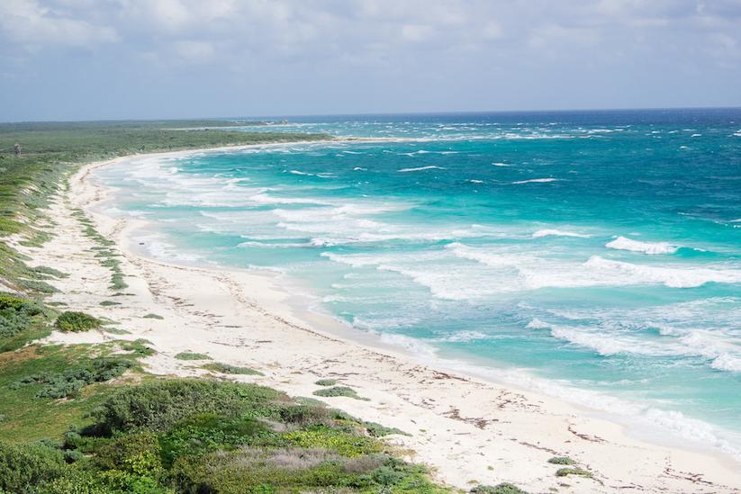 Ein wunderschöner weißer Sandstrand und türkis blaues Meer - so stelle ich mir die Karibik vor.