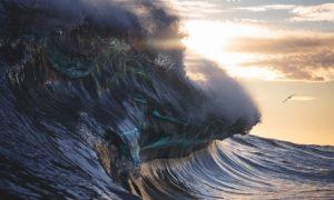 Monumental_Waves_Crashing_in_Australia_Captured_by_Warren_Keelan_2017_header