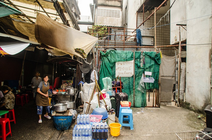 Abandoned_Shopping_Mall_In_Bangkok_Has_Been_Taken_Over_By_Fish_2014_01