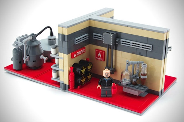 Breaking-Bad-LEGO-Superlab_02