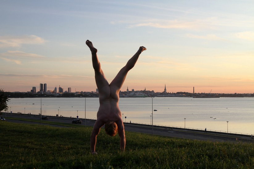 Cheeky_Travel_Photos_Of_A_Man_Doing_Handstands_In_The_Nude_Around_The_World_2014_07