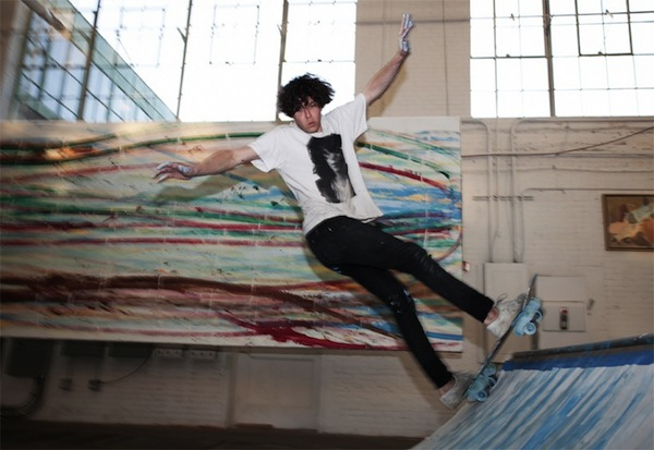 Matt_Reilly_Creates_Paintings_By_Performing_Skateboard_Tricks_On_A_Ramp_2014_08