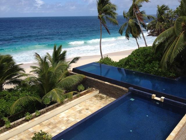 Blick auf den Infinity-Pool vom Restaurant