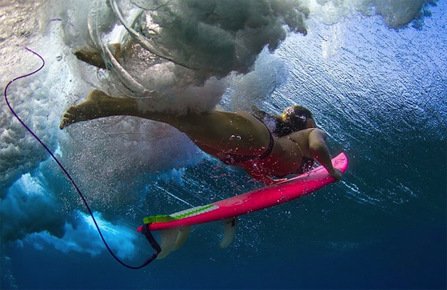 female_surfers_under_water_03