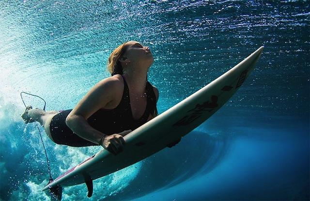female_surfers_under_water_04