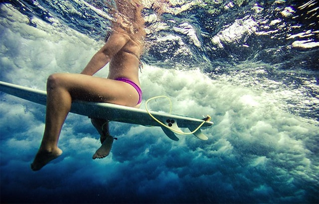 female_surfers_under_water_05