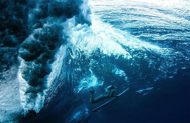 female_surfers_under_water_08