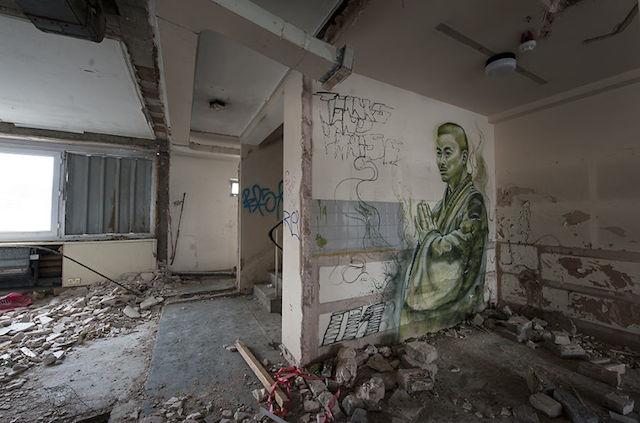 graffiti-hotel-abandoned_08