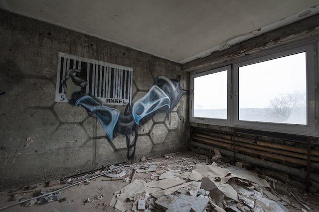 graffiti-hotel-abandoned_11