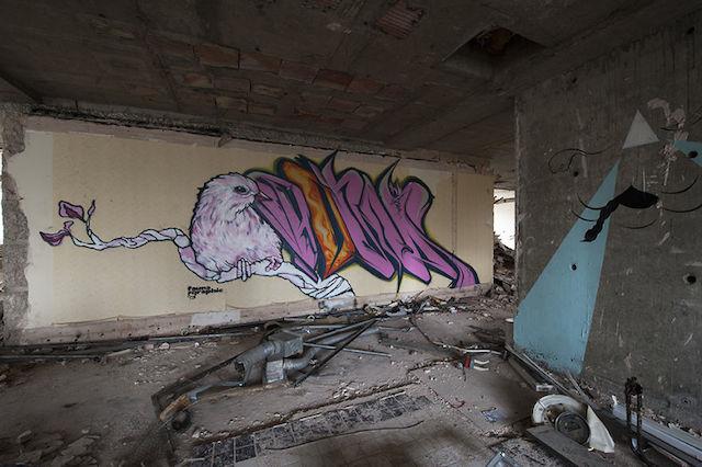graffiti-hotel-abandoned_12