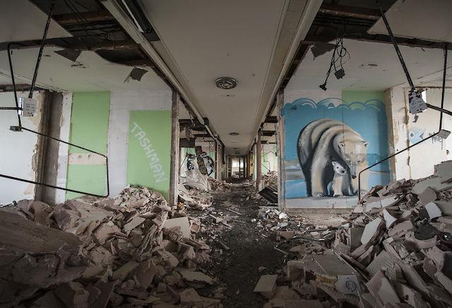 graffiti-hotel-abandoned_15