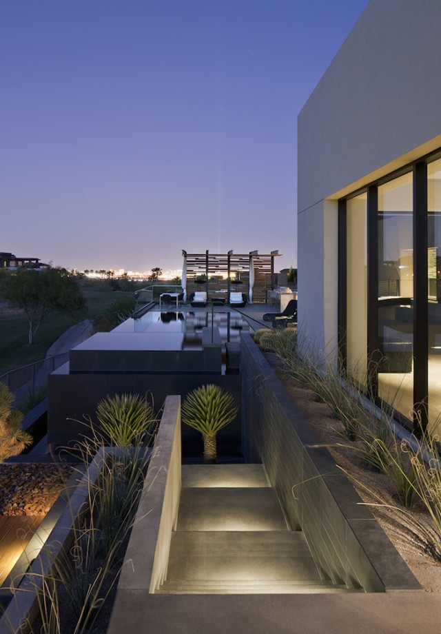 grey_house_in_las_vegas_01