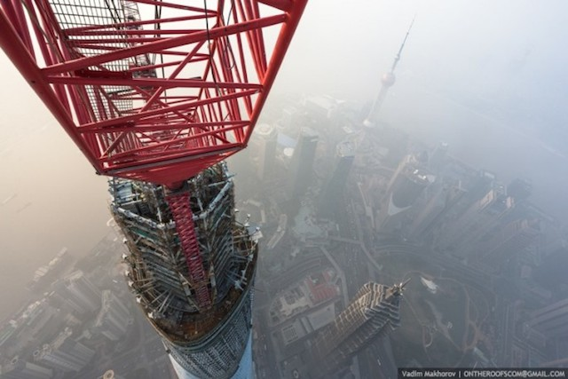 on-the-roofs-shanghai-tower_03
