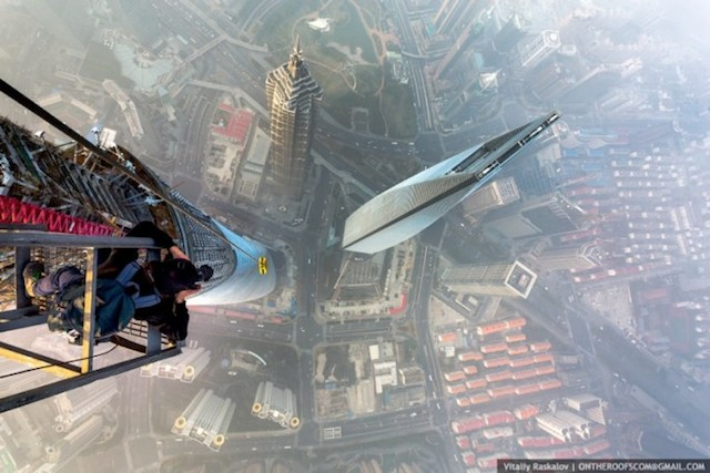 on-the-roofs-shanghai-tower_12