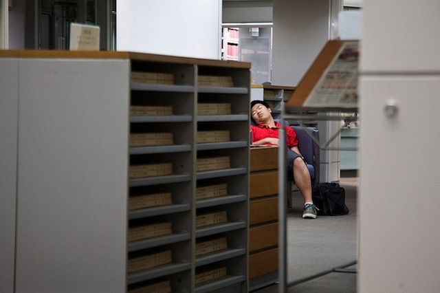 peoplesleepinginlibraries_02