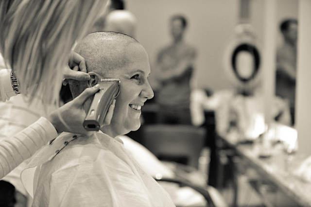 women_shave_head_for_friend_with_cancer_02