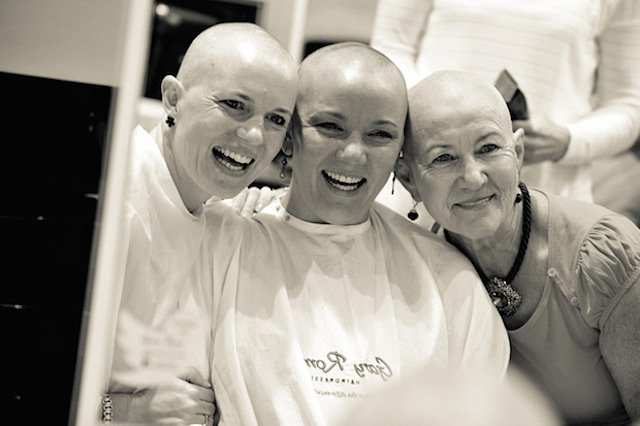 women_shave_head_for_friend_with_cancer_04
